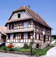 Grentzingen-Oberdorf ancienne ferme à deux auvents sur la façade. (La maison alsacienne)