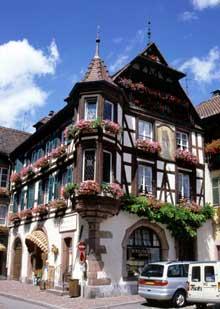 Kaysersberg: maison patricienne place de l'église, rue De Gaulle. (La maison alsacienne)