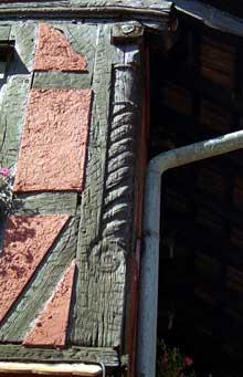 Landser, place Principale: détail d'un poteau cornier avec vis sans fin. (La maison alsacienne)