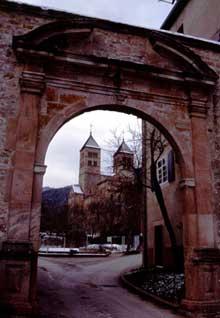 Murbach: le chevet vu du portail d'entrée de l'abbaye