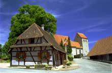 Obermorschwiller: la mairie et l'église dont le clocher roman remonte au XIIIè. (La maison alsacienne)