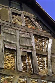 Obermorschwiller: bel exemple de remplissage du colombage: torchis sur palançons. (La maison alsacienne)
