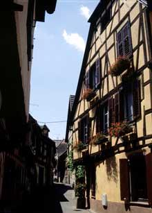 Ribeauvillé: rue médiévale de l'Oberdorf. (La maison alsacienne)