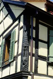 Ribeauvillé: maison alsacienne de l'Oberdorf avec un superbe poteau cornier. (La maison alsacienne)