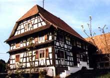 Riespach: belle ferme sundgauvienne avec inscription sur la sablière d'étage. (La maison alsacienne)