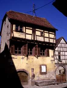 Riquewihr, rue des Ecuries. Vieux puits Renaissance. (La maison alsacienne)