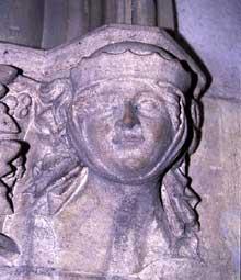 Rouffach: Notre Dame de l'Assomption: le «Sourire» de Rouffach: tête d'enfant surmontant la porte de la sacristie