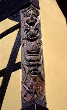Soultzbach les Bains: magnifique poteau cornier sculpté