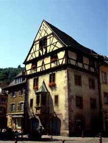 Thann: face à la façade occidentale de Saint Thiébaut, le syndicat d'initiative loge dans une demeure Renaissance. (La maison alsacienne)