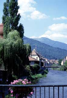Thann: le long de la Thur… au fond, le Markstein. (La maison alsacienne)