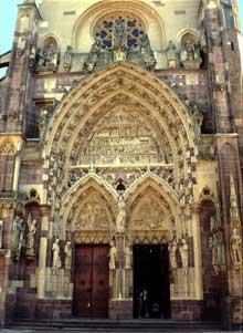 Thann: la façade de la collégiale et le portail central