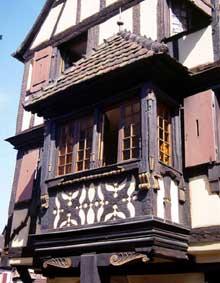 Turckheim: place Turenne: l'oriel de l'ancien poêle des Vignerons. (La maison alsacienne)