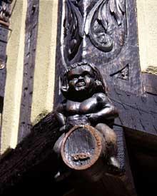 Turckheim: Grand'Rue: sculpture de poteau cornier. (La maison alsacienne)