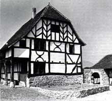 """Ungersheim: maison de Hésingue de 1574 à 3 nefs et un colombage à """"Arbre de vie"""". (La maison alsacienne)"""