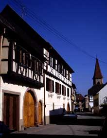 Wettolsheim: rue principale. (La maison alsacienne)