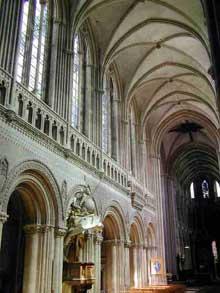 Bayeux: la cathédrale saine Marie. Nef avec vue sur collatéral