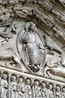 Chartres: cathédrale Notre Dame: le Portail royal. Tympan central du Christ en gloire