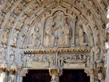 Chartres: cathédrale Notre Dame: portail central du transept nord, le tympan de la Vierge.1194-1220