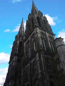 La cathédrale Notre Dame de Clermont Ferrant. Vue sur les tours du transept nord