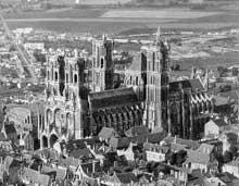 Laon: la cathédrale Notre Dame (1150-1180). Vue générale
