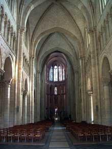 Le Mans: cathédrale saint Julien. La nef. Vue vers le chœur