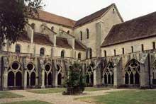Noirlac: l'abbatiale vue du cloître