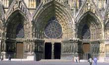 Reims: la cathédrale saint Rémy. Le portail de la façade occidentale