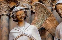 Reims: la cathédrale saint Remy. Groupe de la visitation du portail central. «L'ange du sourire