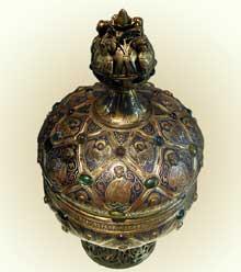 Art gothique, France: le ciboire du Maître Alpais. Email champlevé, Cabochons de verre, Cuivre doré. Vers 1200. Musée du Louvre