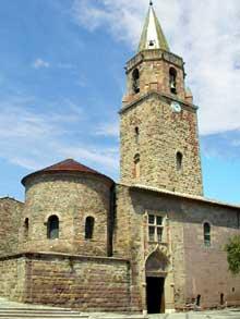 Fréjus: la cathédrale saint Léonce, précédée du massif du baptistère