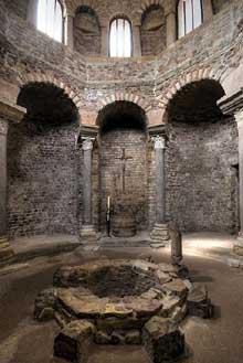 Fréjus : le baptistère mérovingien. L'intérieur