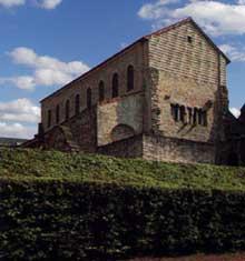 Metz: l'Eglise saint Pierre aux Nonnains. Vestiges de la façade et du narthex, avec petit appareil de pierre et chaînage de briques, IVè-Xè