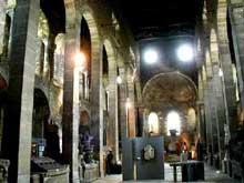 Vienne: l'abbatiale saint Pierre remonte au Vè siècle. Le clocher-porche date du XIIè siècle, de même que les grandes arcades qui divisent la nef en trois