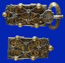 Plaque-boucle et contre-plaque de ceinture provenant de la parure de la reine Arnegonde (v. 515-573), femme de Clotaire Ier (511-561), roi des Francs. Argent, pâte de verre et grenats, vers 570. Découverte dans une tombe de Saint-Denis en 1959