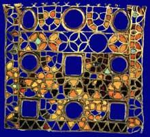 Fragment de la croix de saint Eloi (Eligius) ornant le grand autel de l'abbaye de Saint Denis, unique reliquat de sa destruction lors de la Révolution. Or cloisonné et pierres précieuses.  Vers 650. Paris, Cabinet des médailles
