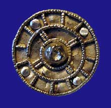 Fibule mérovingienne provenant d'Avioth en Meuse. Platine de bronze, tôle d'or décoré de fils perlés. VIIè. Saint Germain en Laye, musée des Antiquités nationales