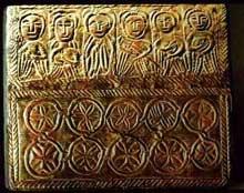 Abbaye de Fleury: Châsse de Mumma (VIIè). Frise de six apôtres traitée au repoussé sur une tôle de cuivre appliqué à un reliquaire de bois
