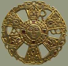 Trésor de Limons (Puy-de-Dôme): applique ornée d'un chrisme, d'un masque humain et de motifs zoomorphes. Or, fonte à cire perdue. Fin VIe-début VIIè