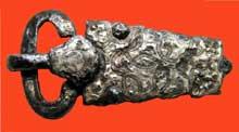 Plaque - boucle monochrome trouvée à Oyes (Marne). Vers 670. Fer et argent damasquiné. Saint Germain en Laye, musée des Antiquités nationales