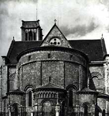 La cathédrale Saint-Caprais d'Agen a été édifiée au XIIesiècle sur l'emplacement d'une basilique épiscopale construite au VIesiècle, saccagée par les Normands en 853 puis restaurée, elle constituait initialement une collégiale. Le chevet