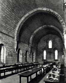 Aiguebelle: le réfectoire des moines. Voûte en berceau brisé avec de magnifiques arcs