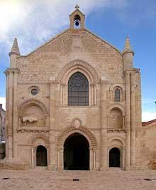 Airvault (Deux Sèvres): façade de la collégiale.