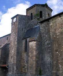 Allonnes en Poitou (Deux Sèvres): l'église saint Pierre, du XIIè, de style poitevin, avec ses massifs contreforts