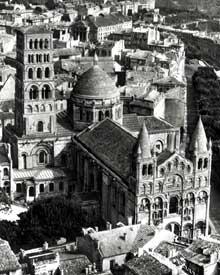 Cathédrale d'Angoulême: vue aérienne