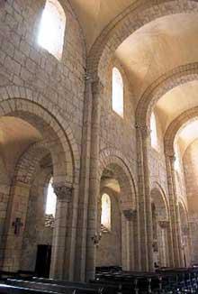 Anzy le Duc, église de la Trinité. La nef centrale couverte d'une voûte d'arêtes