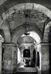 Apt. La cathédrale Sainte Anne. Elevée en 1050, elle a été transformée à plusieurs reprises au XIIè, au XIVè et surtout au XVIIè siècles. D'après les historiens, elle fut tout d'abord le premier lieu de rencontre des chrétiens au IIIè et au IVè siècles