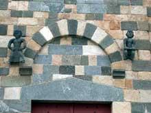 Aregno en Haute Corse: arc de décharge du portail de la chapelle de la sainte Trinité. 1177