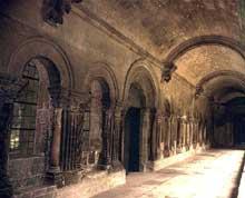 Arles, saint Trophime: le cloître, galerie intérieure