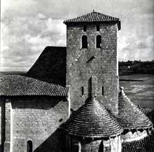 Aubiac, sainte Marie (XIIè): vue du chevet et de la tour lanterne