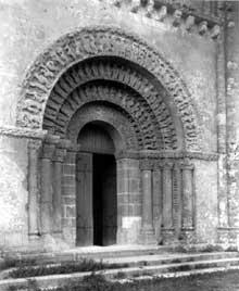 Aulnay du Saintonge: saint Pierre de la Tour. Portail du croisillon sud du transept
